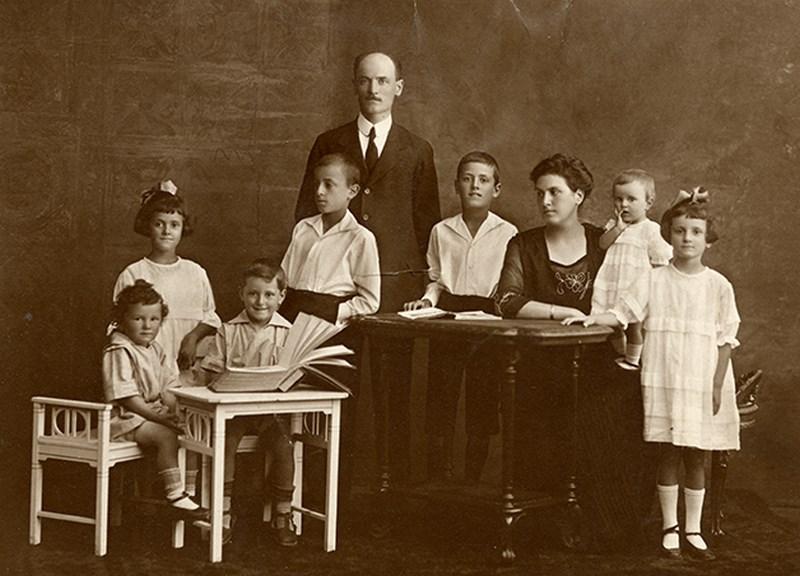 Edmondo Sterza, Famiglia numerosa con libro e album di fotografie, Milano, 1920-25