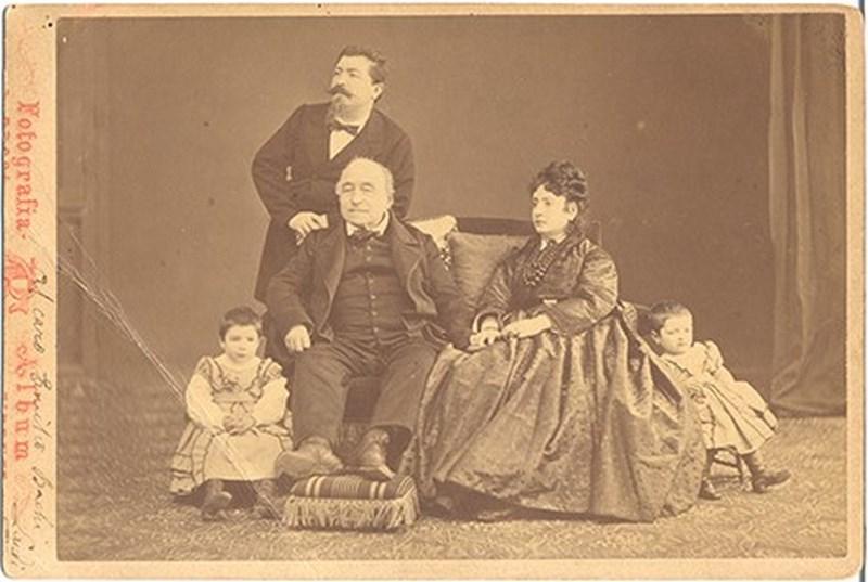 Giacomo Brogi, Famiglia con patriarca con poggiapiedi, Firenze, 1867
