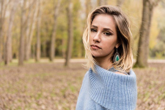 """Viola Thian nel suo album d'esordio """"Sottozero"""" racconta le difficoltà dei giovani artisti che cercano spazio nell'attuale scena musicale"""