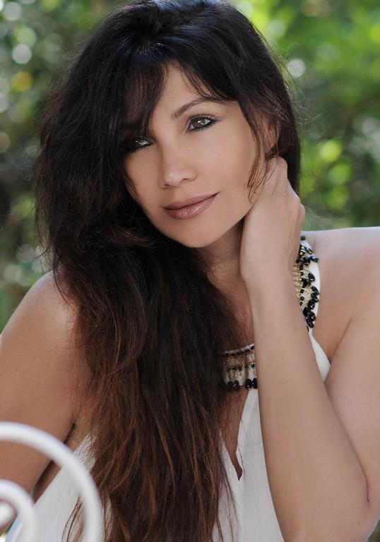 """""""Un posto c'è"""" è il titolo del nuovo singolo di Luisa Corna, che ha dimostrato di essere un'artista a 360 gradi. L'intervista di Tommaso Martinelli."""