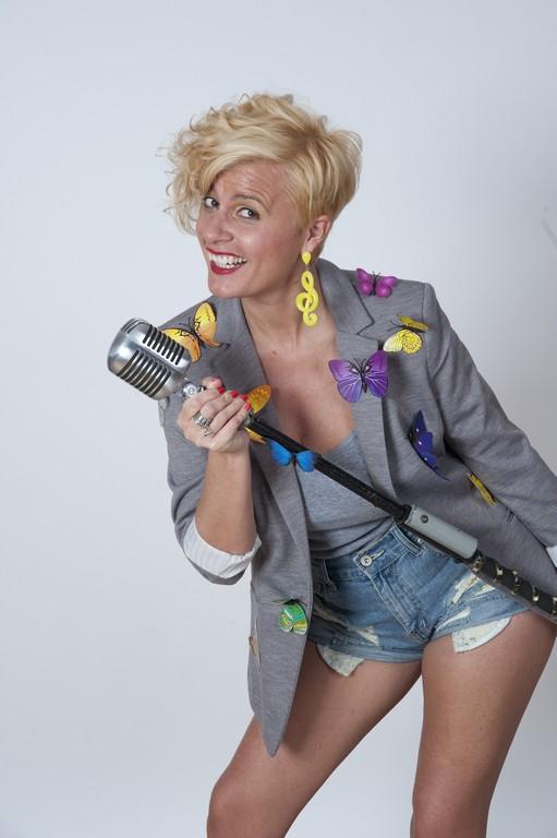 Vanessa Grey è una cantante e conduttrice radiofonica calabrese che a Milano ha trovato la sua seconda casa. In onda ogni giorno su Radio Zeta