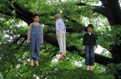 cattelan-bambini-impiccati-2004