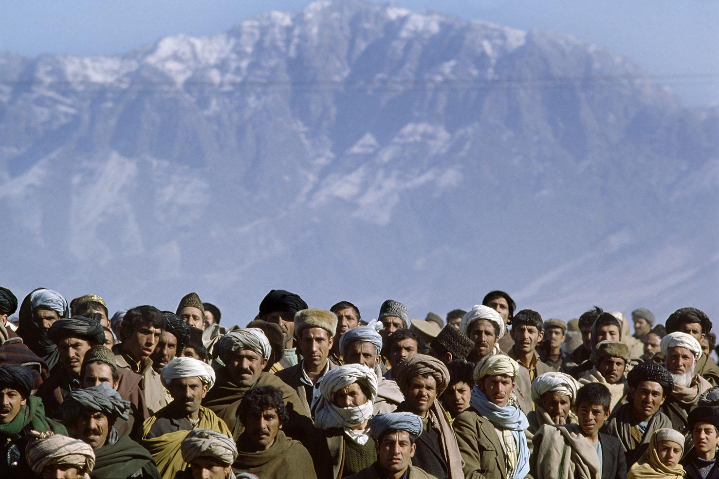Mauro Galligani - Kabul, Afghanistan, 1979. Davanti al carcere di Pule Charkhi, i parenti dei detenuti politici sono in attesa della loro scarcerazione.