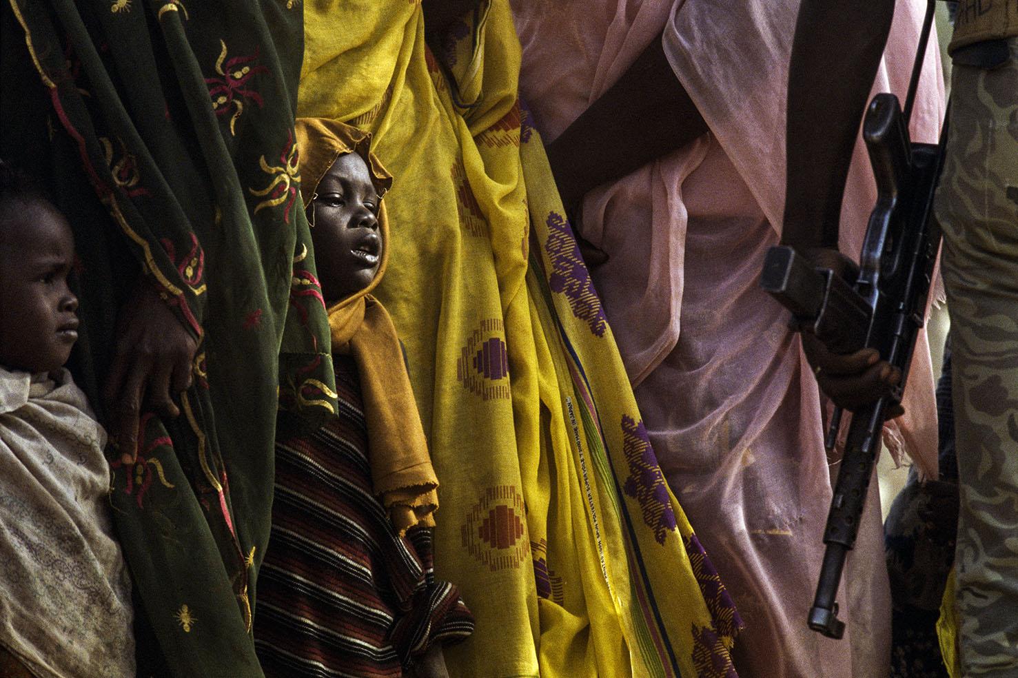 Mauro Galligani - N'djamena, Ciad, 1986. Donne e bambini in fila per la vaccinazione. Dopo 15 anni di guerra, il Ciad è uno dei paesi più poveri al mondo. Per rompere il cerchio di miseria l'Unicef ha promosso una campagna di profilassi contro le malattie infettive.