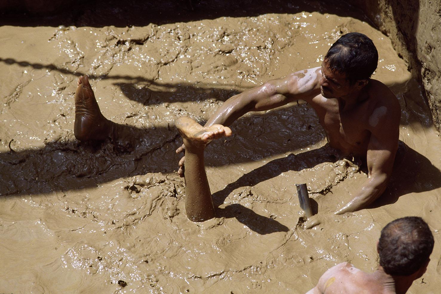 Mauro Galligani - Luxor, Egitto, 1989. Quasi una resurrezione. Durante i lavori di consolidamento nel cortile del tempio di Amenophis III, tornano alla luce dopo tremila anni le statue del re Horemheb, del dio Atum e della dea Hathor, sovrana dell'amore e della bellezza. Per recuperare i preziosi reperti, gli operai si immergono in apnea nel fango e lavorano con le mani e piccoli scandagli.