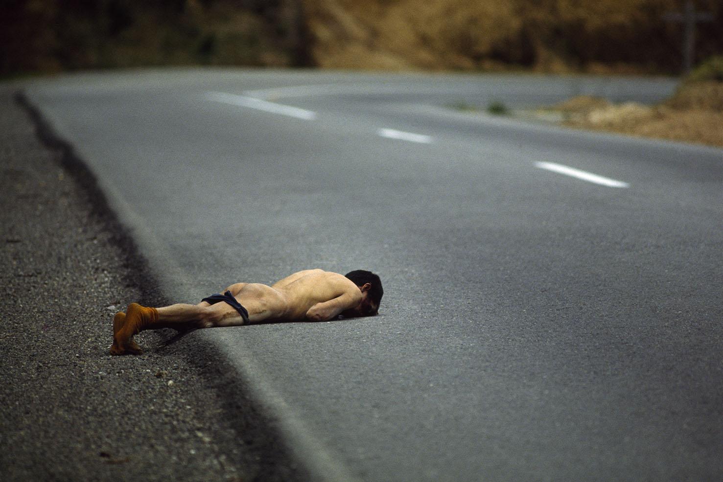 """Mauro Galligani - Guatemala, 1982. Sul ciglio della Carrera panamericana, la grande arteria che collega il Nord e il Sud del Nuovo Continente, giace il cadavere di un uomo. Sono evidenti sul corpo i segni delle torture subite prima di essere assassinato e gettato seminudo, in estremo segno di spregio, sul ciglio della strada. Il macabro rituale porta la firma degli squadroni della morte, uno speciale corpo di """"giustizieri"""" che agisce al di fuori di ogni legalità contro i simpatizzanti della sinistra: La Carrera è il palcoscenico macabro della guerra civile del Guatemala, ora interrotta da un attacco dei guerriglieri, ora rastrellata dall'esercito."""