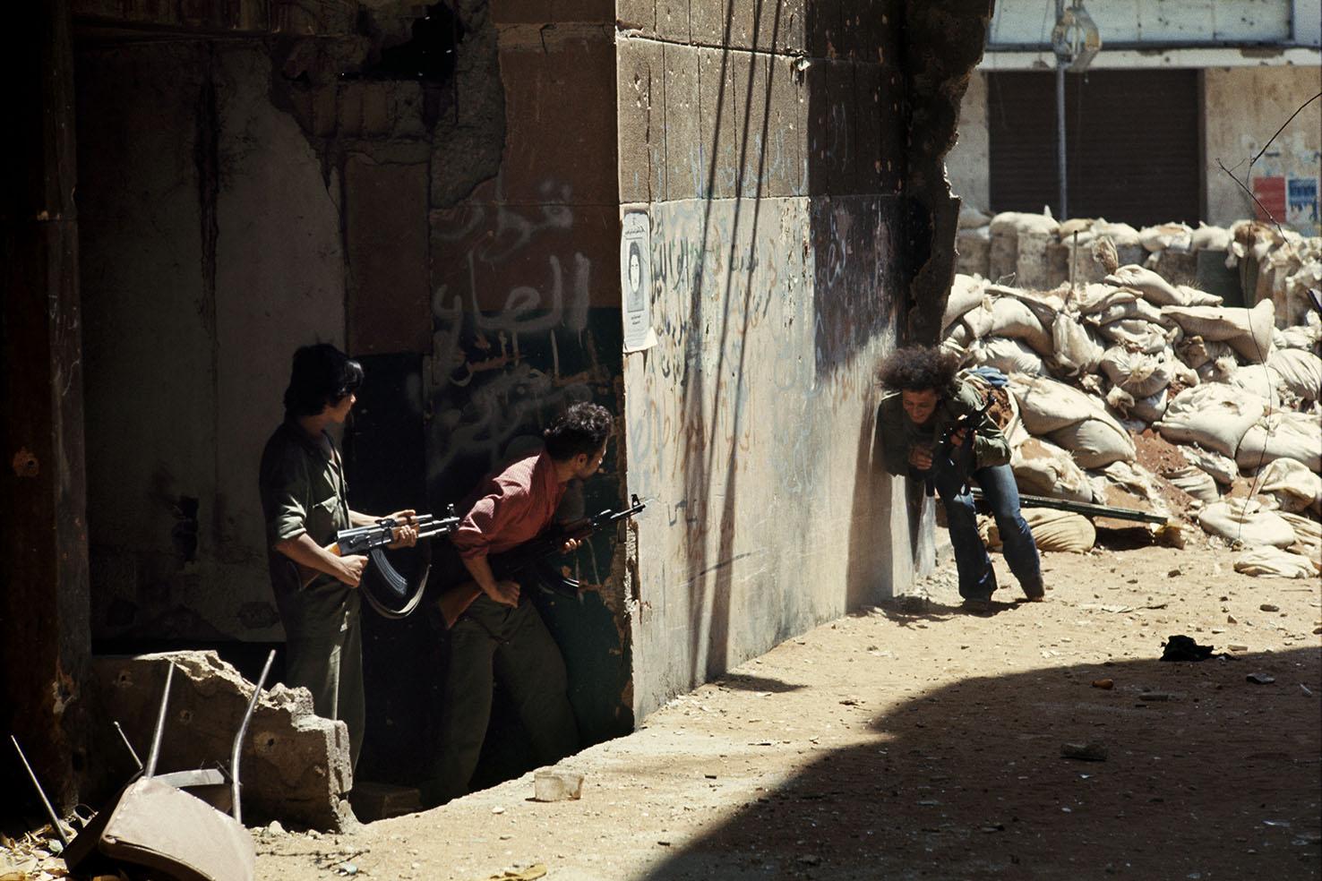 Mauro Galligani - Beirut, Libano, 1978. Un fedayn in azione nel quartiere di Chia. La guerra civile è scoppiata nel 1974. Due anni dopo, l'intervento della Siria. Da allora l'OLP ha perso 4.500 dei 14.000 uomini di cui disponeva all'inizio del conflitto.