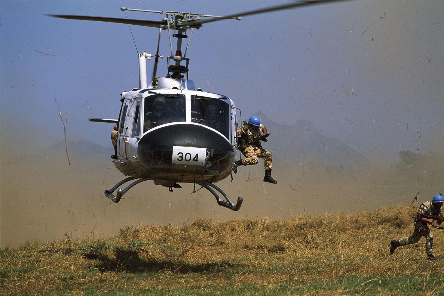 Mauro Galligani - Mozambico, Gondola 1993 Da un elicottero si lanciano a terra due Alpini del Susa. Le pattuglie eliportate del gruppo AVES hanno svoltop un'intensa attività di supporto operativo e logistico durante tutta la missione.