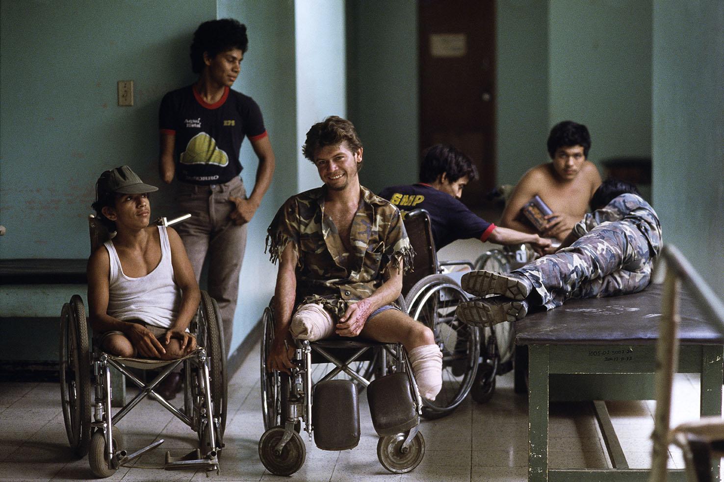 Mauro Galligani - Managua, Nicaragua, 1987. La guerra tra sandinisti e contras ha contato 50.000 morti e migliaia di mutilati, saltati sulle mine. René Varga (al centro), 19 anni, militare di leva, ricoverato nell'ospedale della capitale, attende che siano costruite le protesi per poter di nuovo camminare.