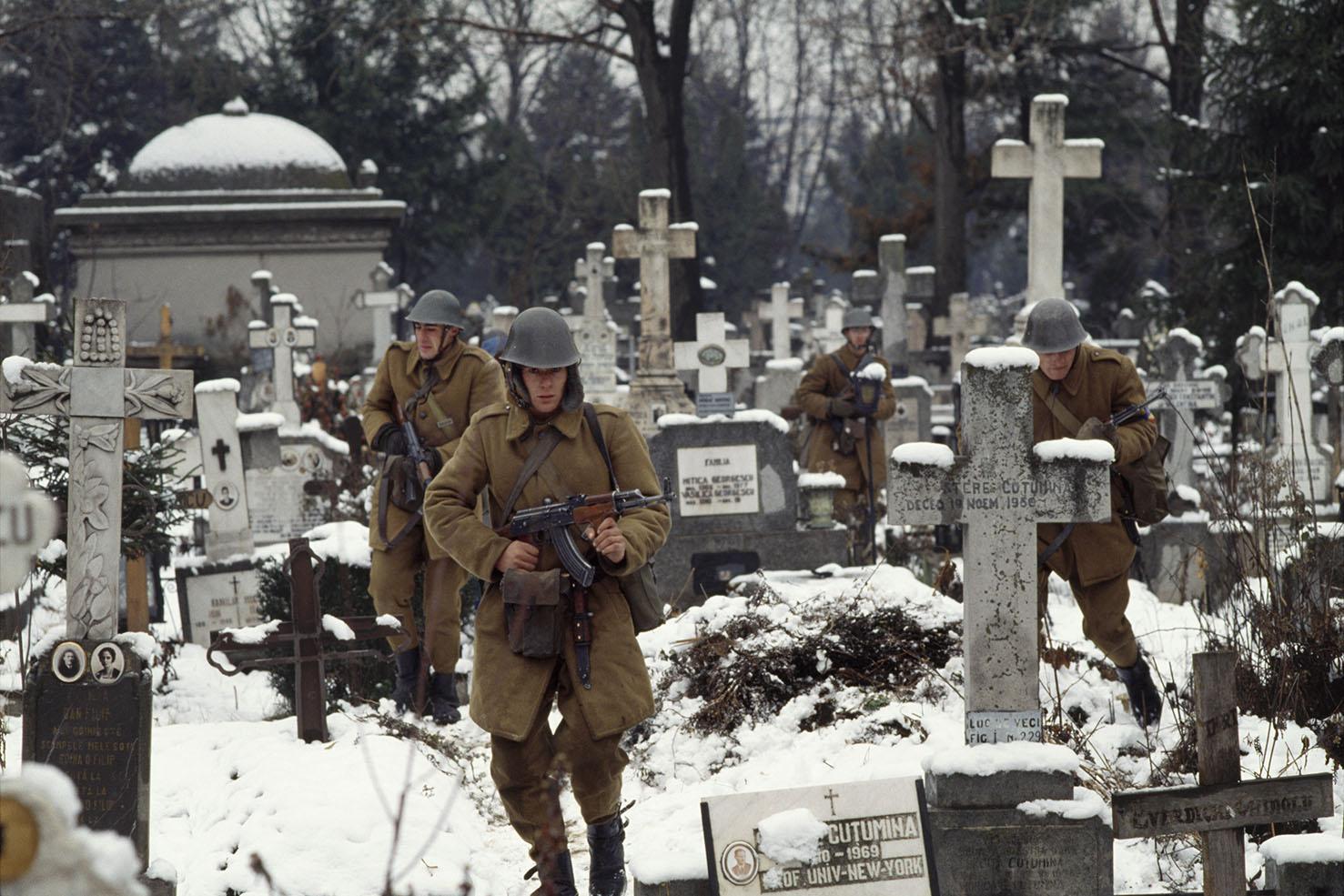 Mauro Galligani - Bucarest, Romania, 1989. Nel cimitero di Ghenea l'esercito, passato dalla parte degli oppositori al regime, cerca tra le tombe gli agenti della Securitate.
