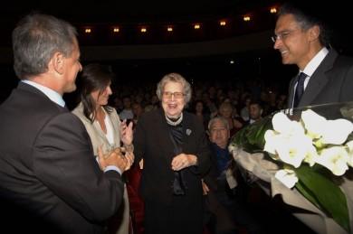 Il-direttore-Alessandro-Arnone-consegna-un-mazzo-di-rose-al-presidente-onorario-del-teatro-la-signora-Foscale-Presentazione-Stagione-2013-14.-Fon-390x259