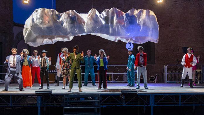 Cenacolo 12+1 scardina ciò che il pubblico potrebbe immaginare: nel dramma popolare di Michele Sinisi siamo noi a essere rappresentati.