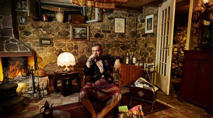 Nino Spirlì, calabrese doc, innamorato della sua terra. Giornalista, scrittore, autore tv. Intellettuale pungente e contro corrente con un vero grande nemico: il politicamente corretto